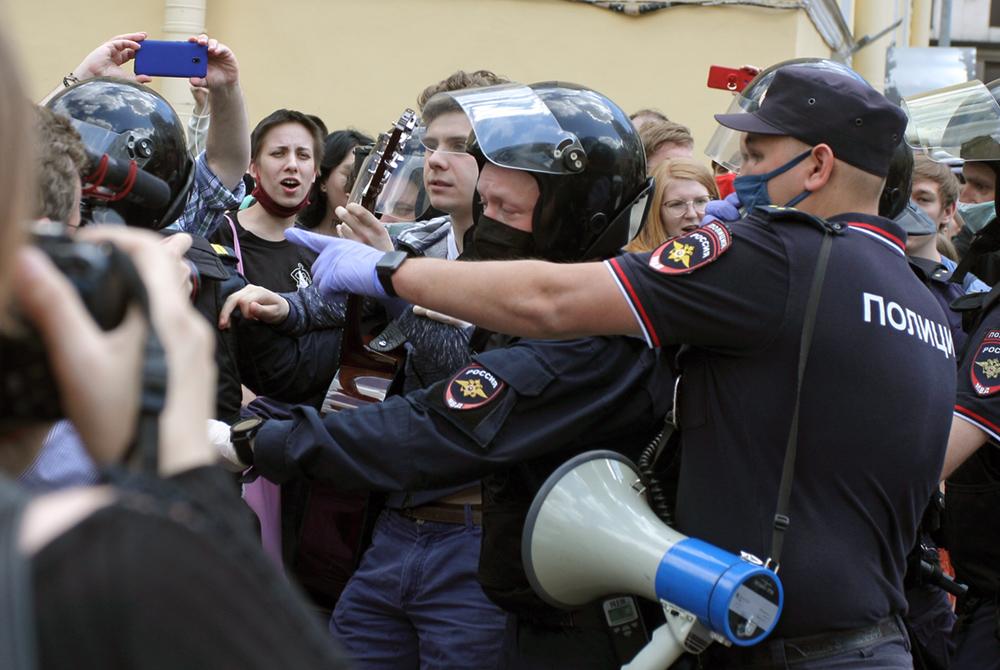 "фото ЗакС политика Жену фигуранта дела ""Сети"" Бояршинова отпустили из отдела полиции после обморока"