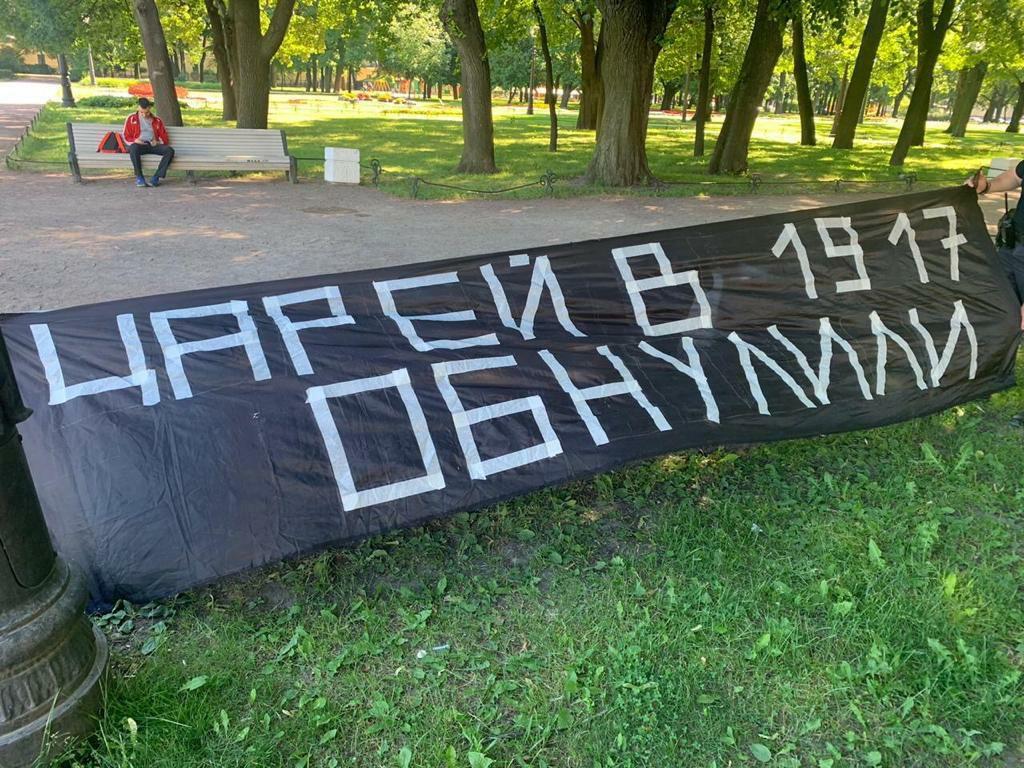 фото ЗакС политика Суд назначил активисту 50 часов обязательных работ за баннер про царей и обнуление