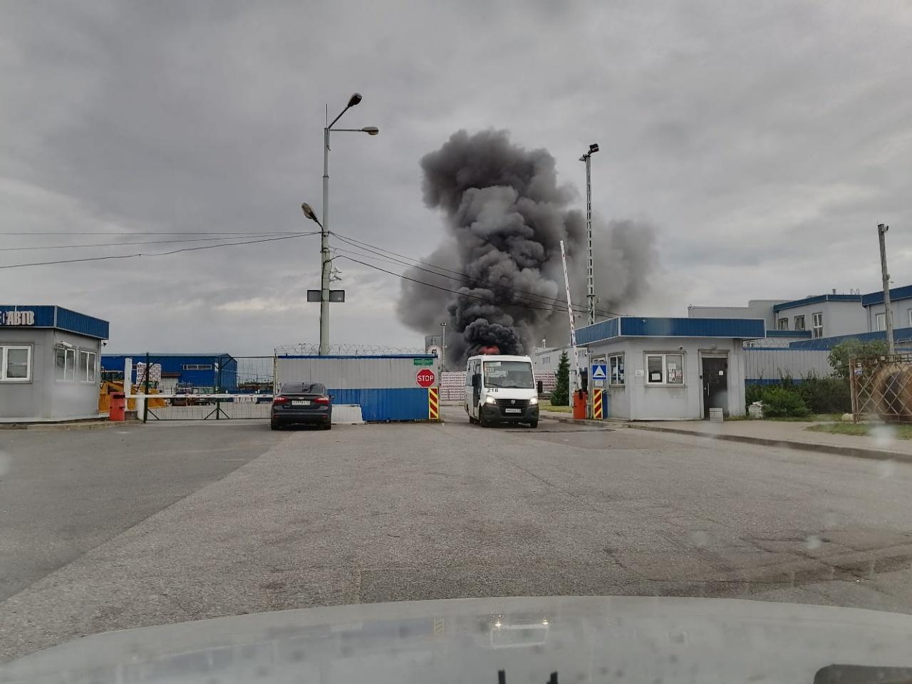 фото ЗакС политика На Пискаревском проспекте загорелся таможенный склад