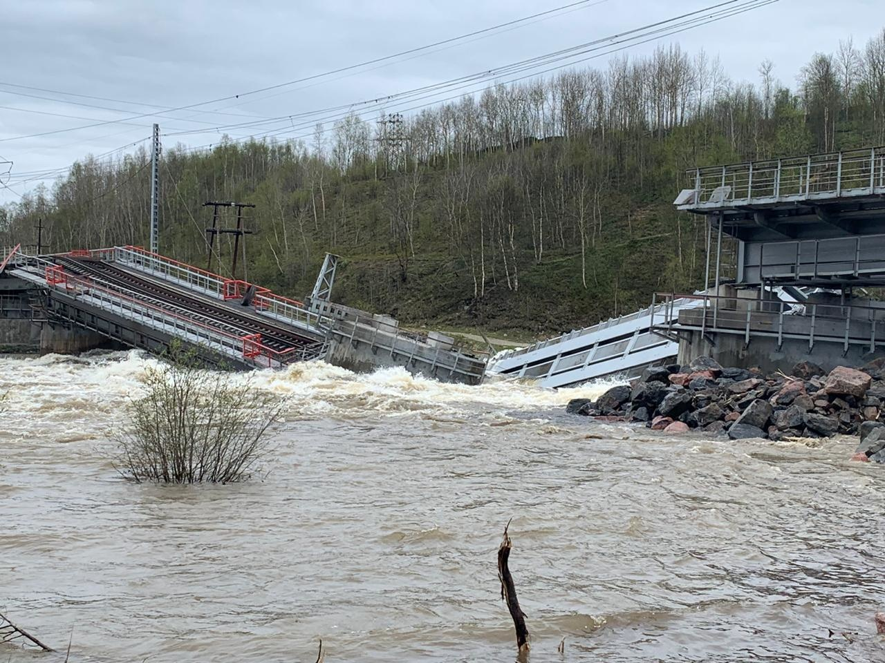 фото ЗакС политика В Мурманской области начали демонтировать рухнувший железнодорожный мост через Колу