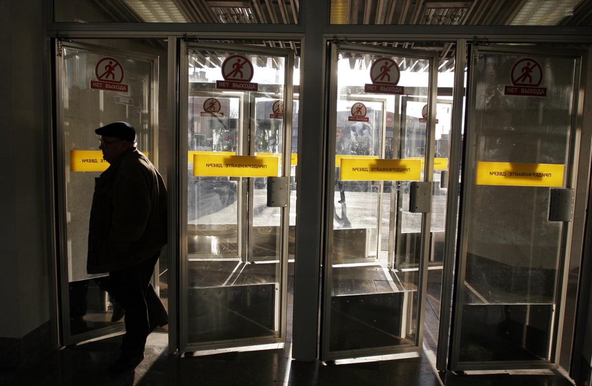 """фото ЗакС политика Один из двух вестибюлей """"Технологического института"""" закрывают на капремонт"""