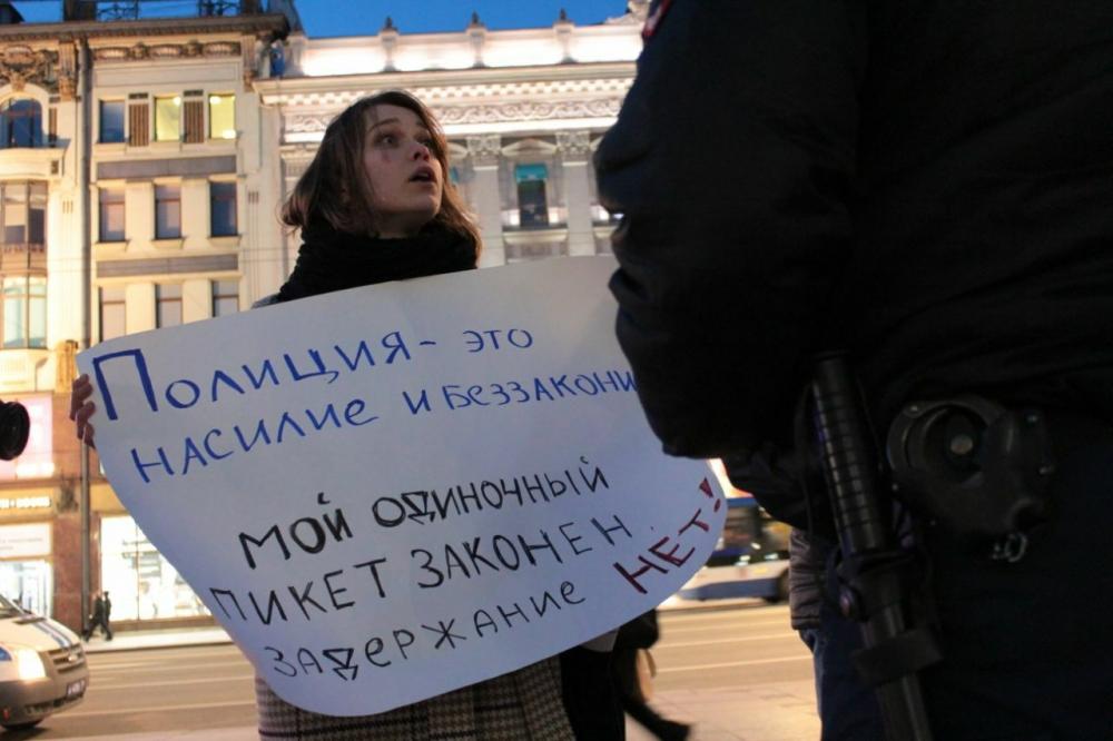 фото ЗакС политика Двух активистов задержали у Гостиного двора