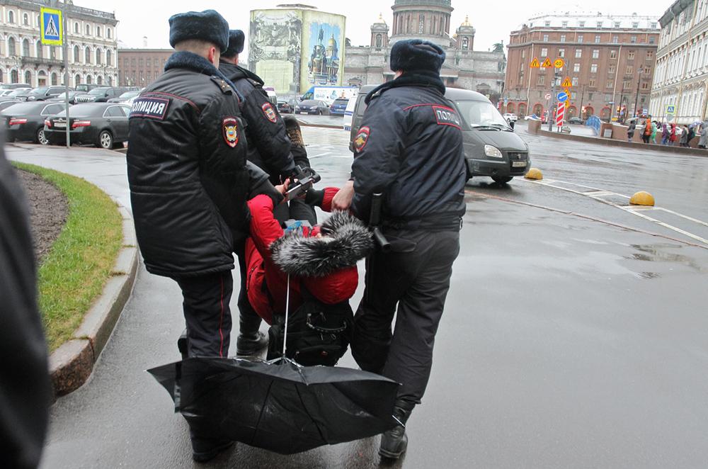 фото ЗакС политика Задержанных у ЗакСа активистов оставляют на ночь в отделе полиции