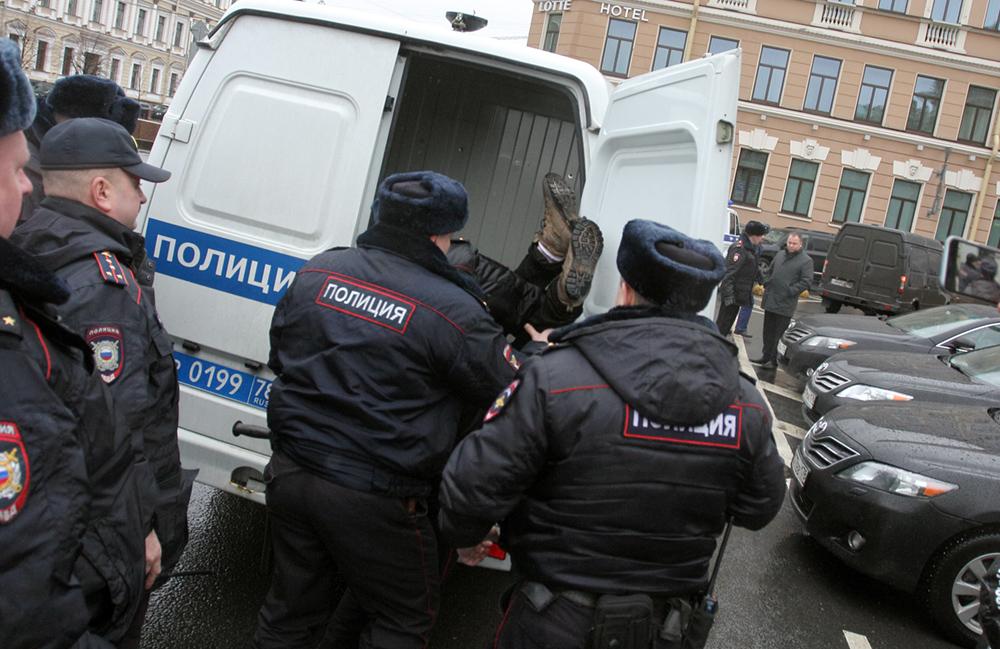 фото ЗакС политика Активистку оштрафовали за пикет против поправок в Конституцию у ЗакСа