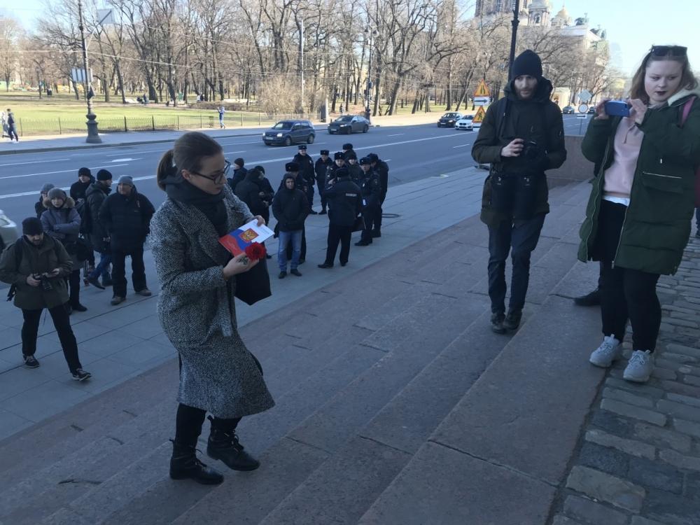 """Председателю """"Открытой России"""" отменили штраф за возложение цветов и демонстрацию Конституции"""