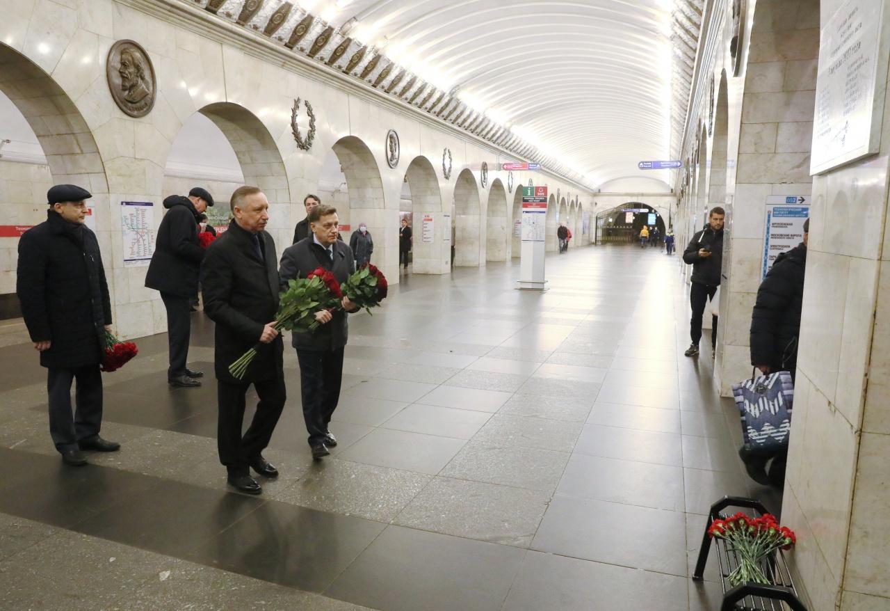 фото ЗакС политика Беглов и Макаров почтили память жертв теракта в петербургском метро