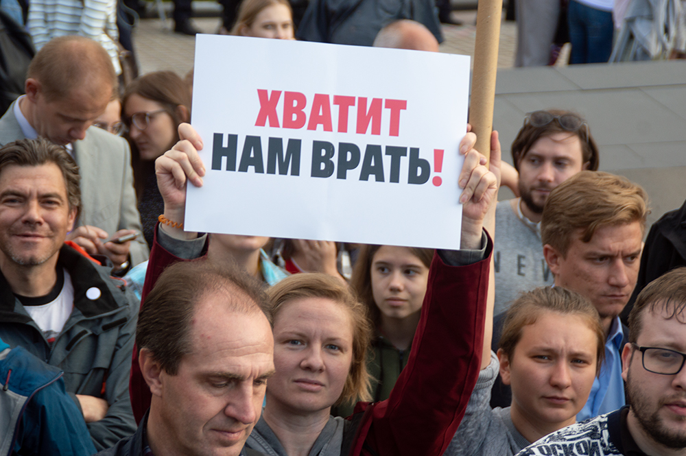 фото ЗакС политика Выборгские пенсионеры заклеивали себе рты, требуя отправить правительство региона в отставку