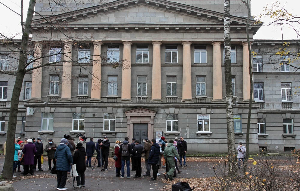 фото ЗакС политика Защитники здания ВНИИБ снова собрались на сход, требуя проверить отопление