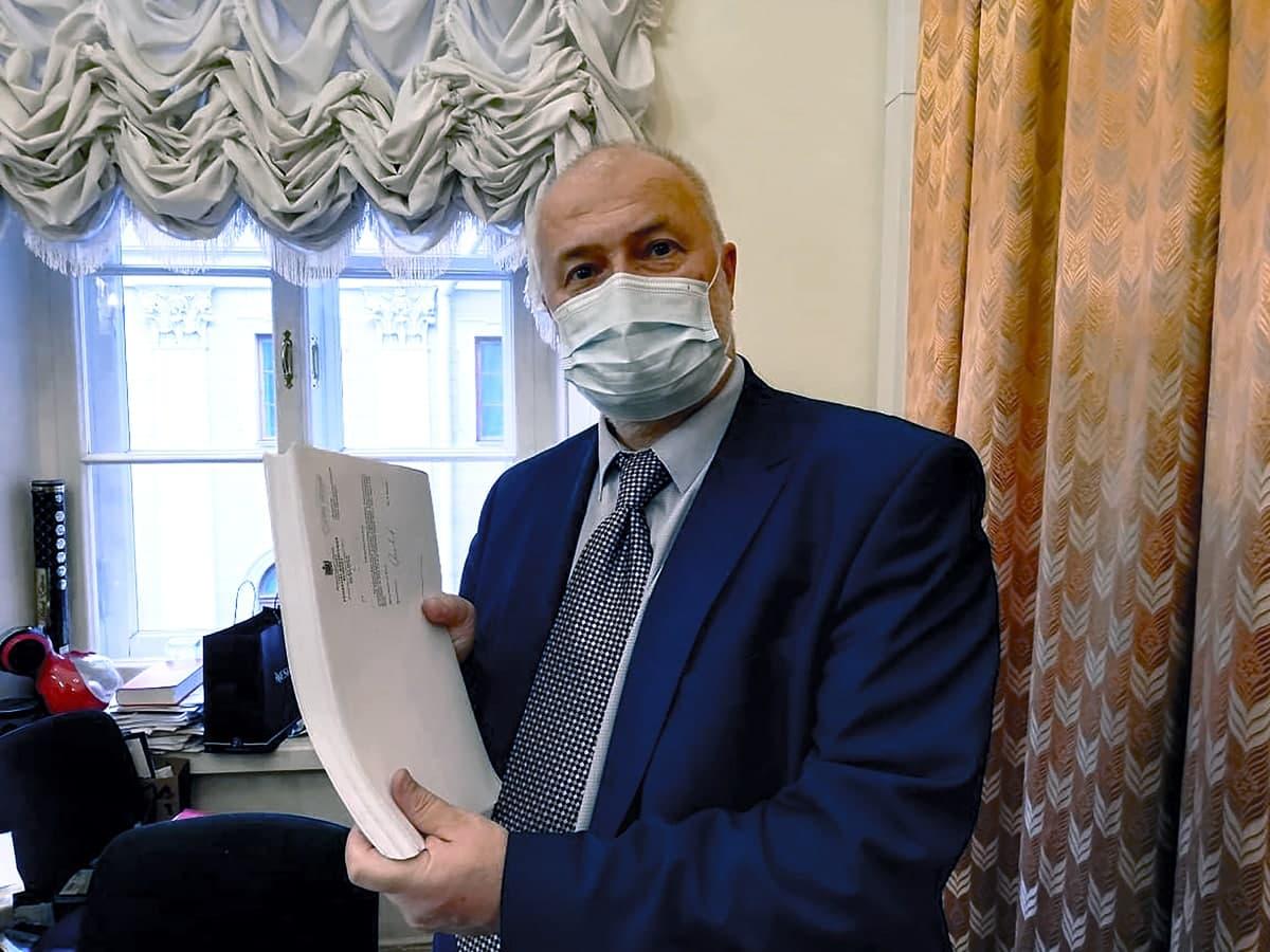 """""""Вот этот кирпич"""": Амосов раскритиковал """"пакетное"""" внесение поправок в бюджет Петербурга"""