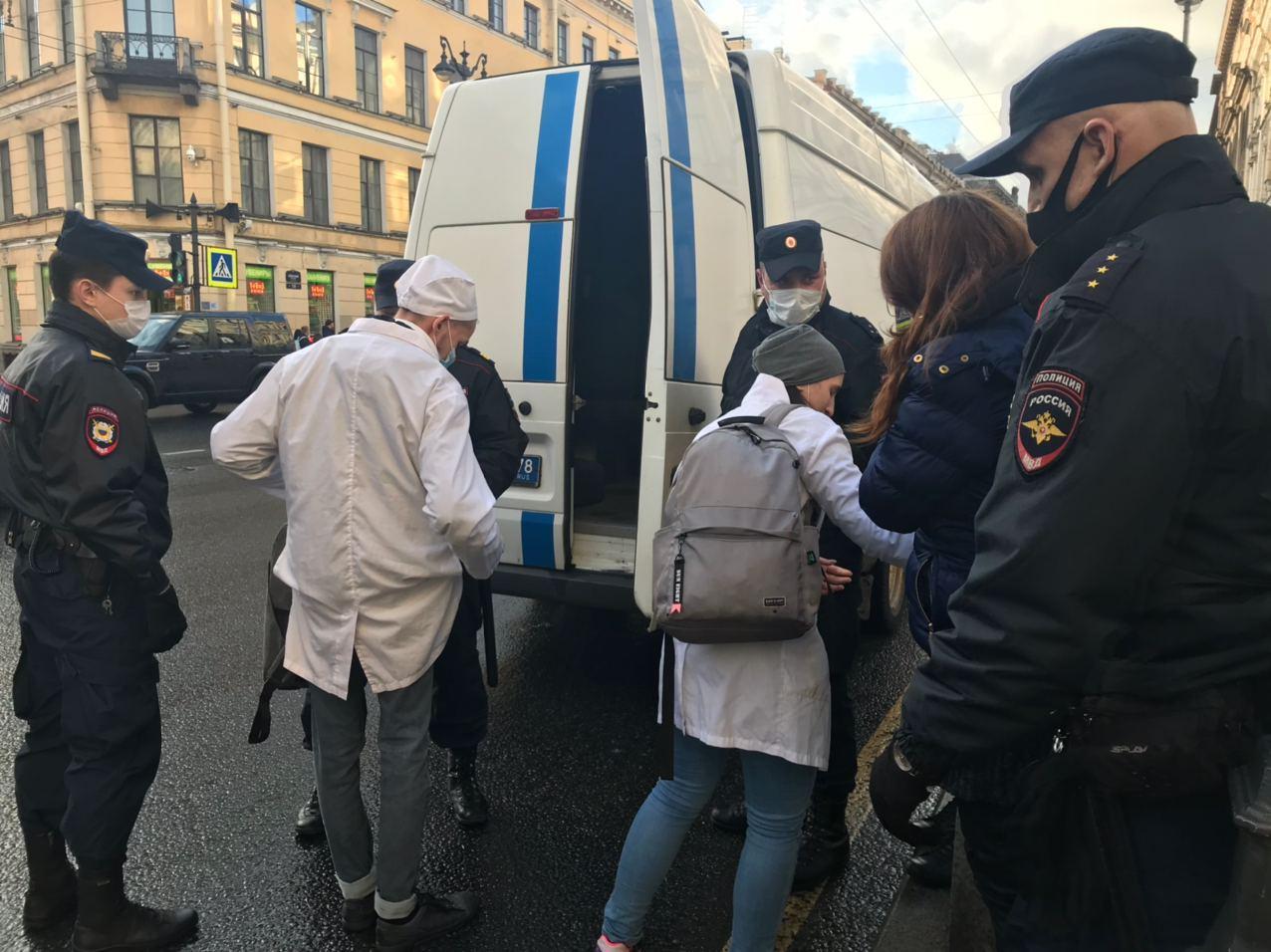 Полиция задержала участников перфоманса в поддержку ЛГБТ-активиста Меркулова в Петербурге