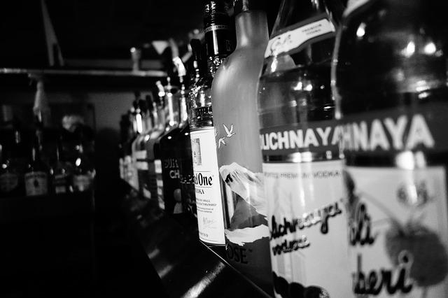 """фото ЗакС политика Суд в Гааге снял арест с брендов водки """"Столичная"""" и """"Московская"""""""