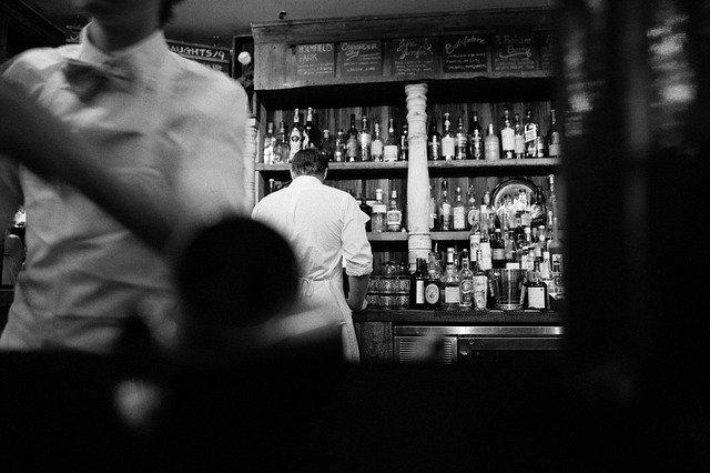 фото ЗакС политика Смольный запретил все развлечения в барах и ресторанах Петербурга, кроме еды