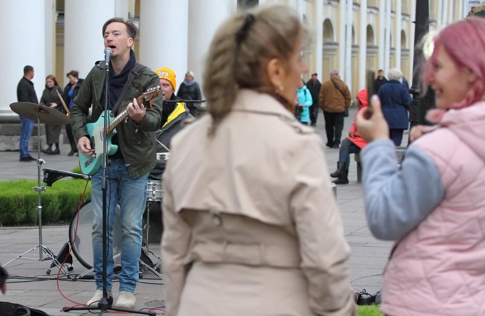 """""""Как загнать продажу мороженого в супермаркеты"""": Билли Новик в ЗакСе – о законе об уличных музыкантах"""