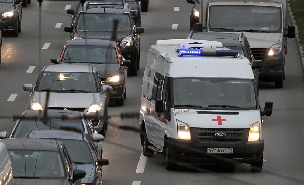фото ЗакС политика Петербургские волонтеры массово развозят врачей по домам пациентов