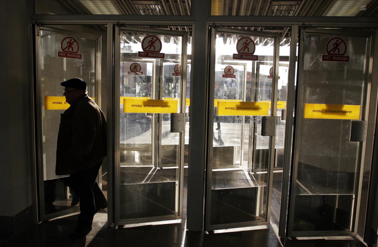 """фото ЗакС политика Полиция проверила все станции петербургского метро после сообщения о """"минировании"""""""