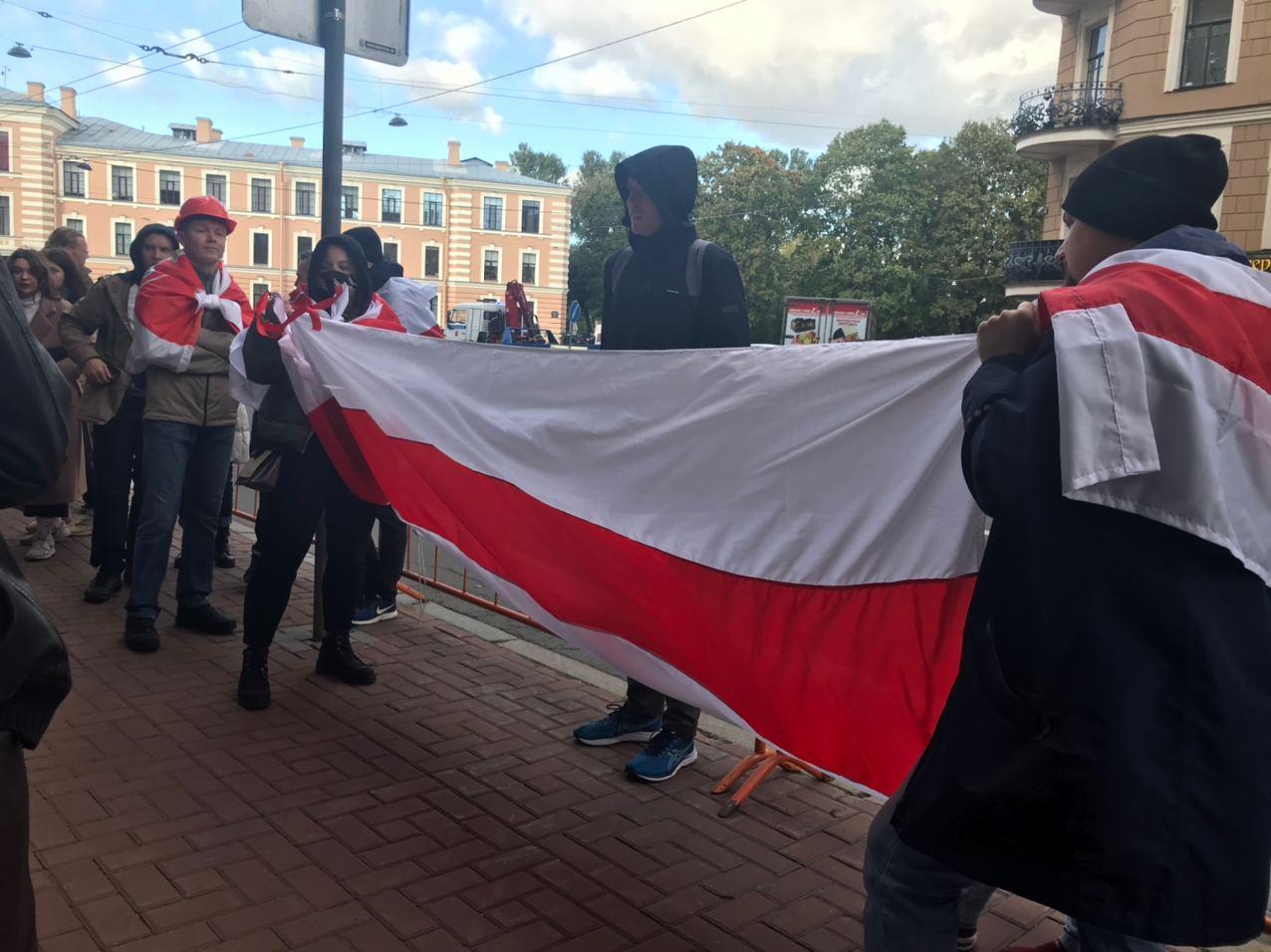 фото ЗакС политика У здания посольства Беларуси в Петербурге проходит акция солидарности