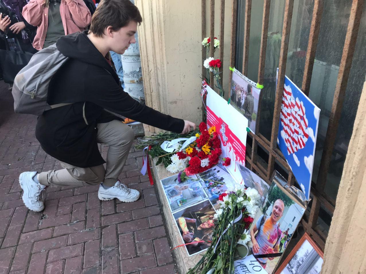 фото ЗакС политика Петербуржцы возложили цветы к посольству Беларуси