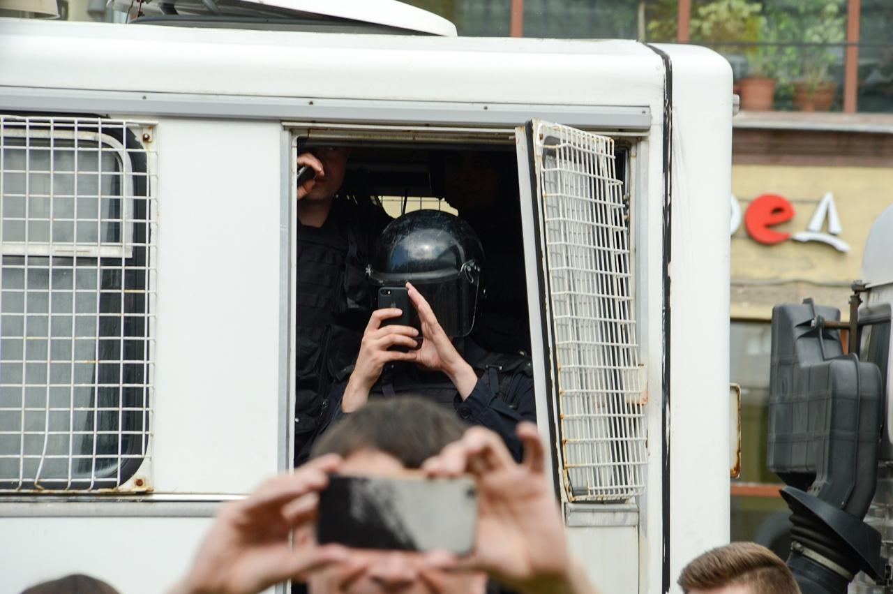 """фото ЗакС политика Вишневский потребовал наказать полицейского, который травмировал руку корреспонденту """"Медиазоны"""""""