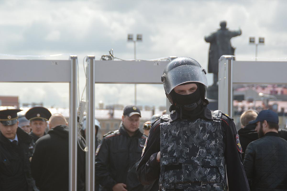фото ЗакС политика Мишустин ввел надбавку для силовиков в Москве и Петербурге за работу на акциях протеста