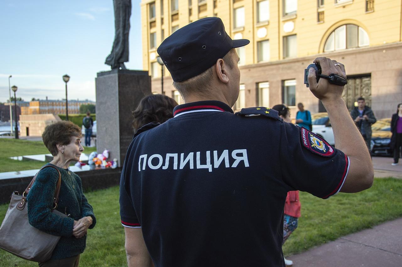 Mash: ГУ МВД извинилось перед петербурженкой, которую пнул полицейский