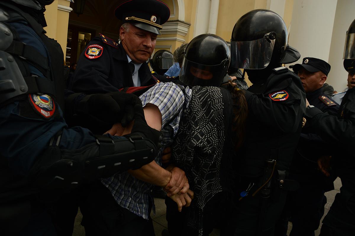 фото ЗакС политика На столичной акции против поправок в Конституцию задержали не менее 130 человек