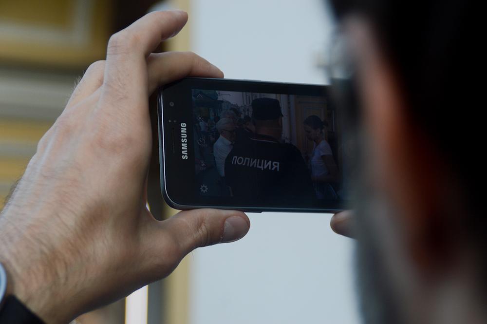 """Жительницу Пскова оштрафовали за ролик с оскорблениями """"людей с дубинками и автоматами"""""""