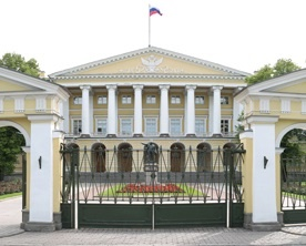 Петербургского школьника наградили в Смольном за спасение тонущей девочки