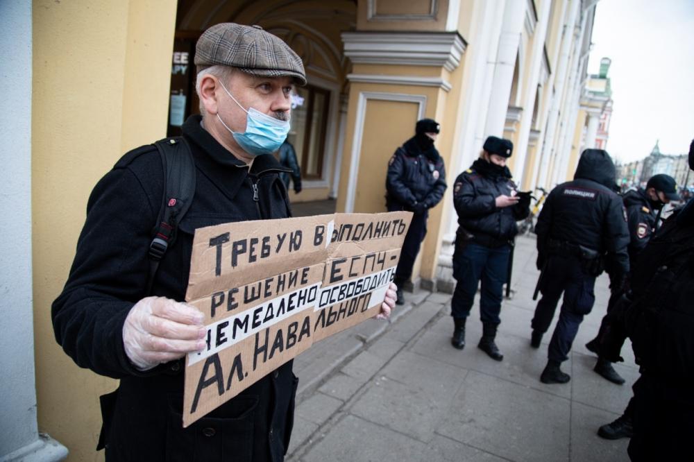 В Петербурге прошел одиночный пикет в поддержку Навального