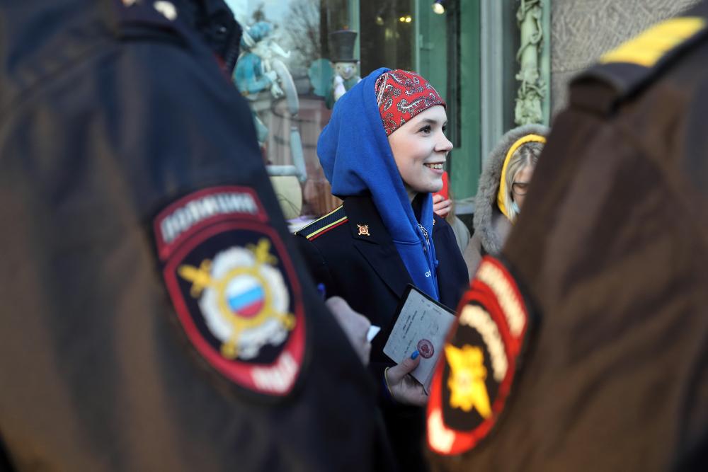Задержанную на акции в поддержку DOXA в Петербурге отпустили с двумя протоколами