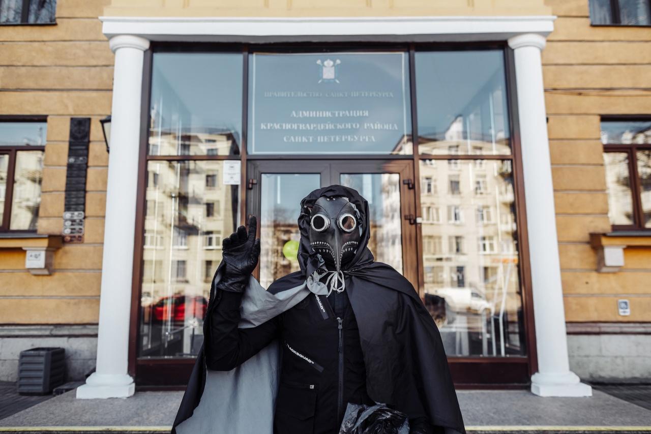 """""""Чумной доктор"""" прибрал мусор в трех районах Петербурга"""