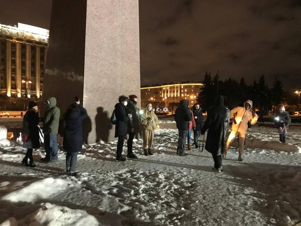 фото ЗакС политика Иван Жданов оценил в десятки тысяч человек число участников флешмоба с фонариками