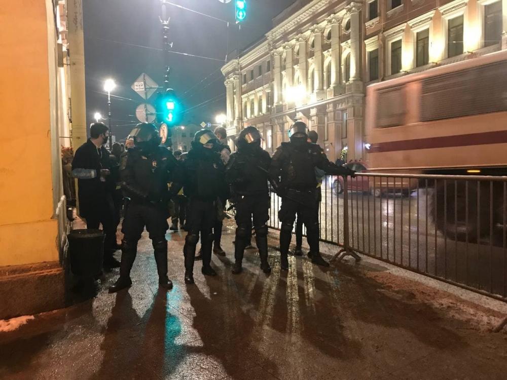 фото ЗакС политика Среди задержанных в Петербурге оказалась пара с собаками