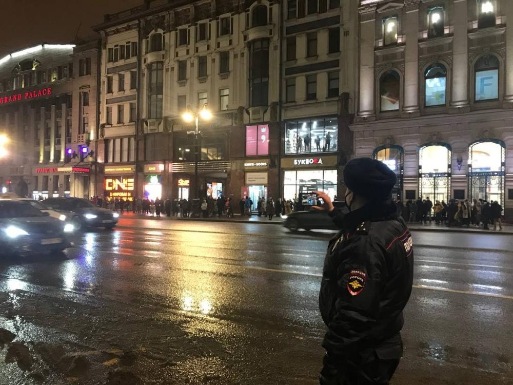 фото ЗакС политика На ночной акции за Навального полиция задержала больше людей, чем в ней участвовало
