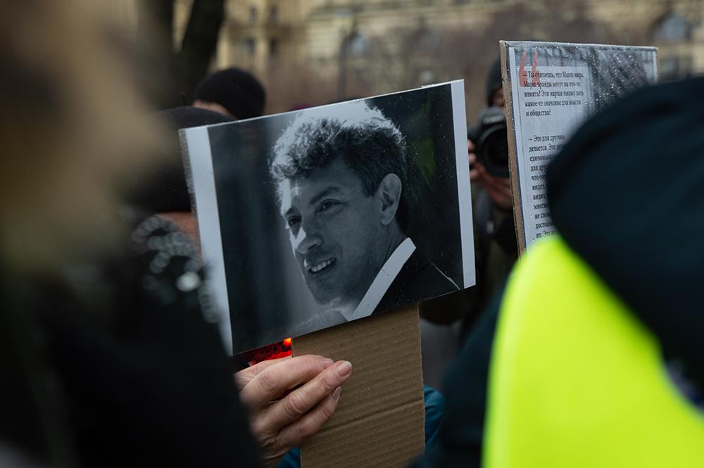 """фото ЗакС политика Представители ГБУ """"Гормост"""" потребовали убрать часть фотографий с мемориала Немцову в Москве"""