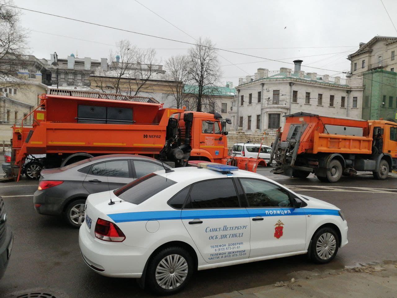 Снегоуборочную технику пригнали к месту акции памяти Немцова в Петербурге