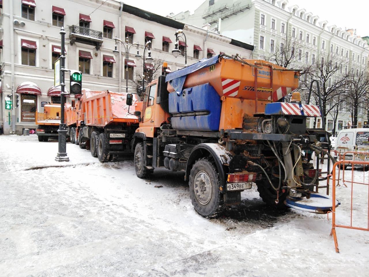 фото ЗакС политика Бороться с последствиями петербургского снегопада продолжают сотни единиц техники