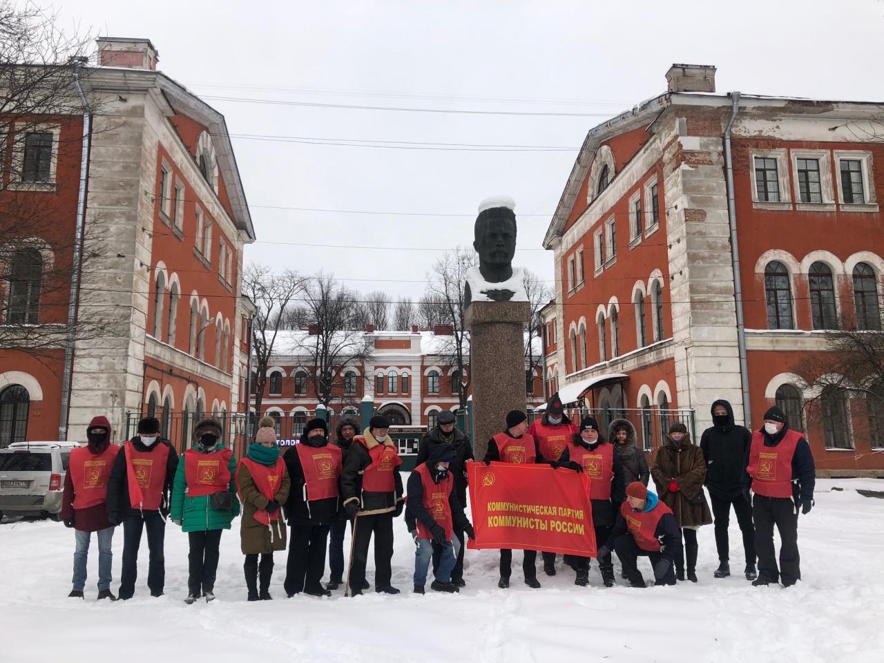 """фото ЗакС политика """"Коммунисты России"""" возложили цветы к памятнику Фрунзе и провели одиночные пикеты"""