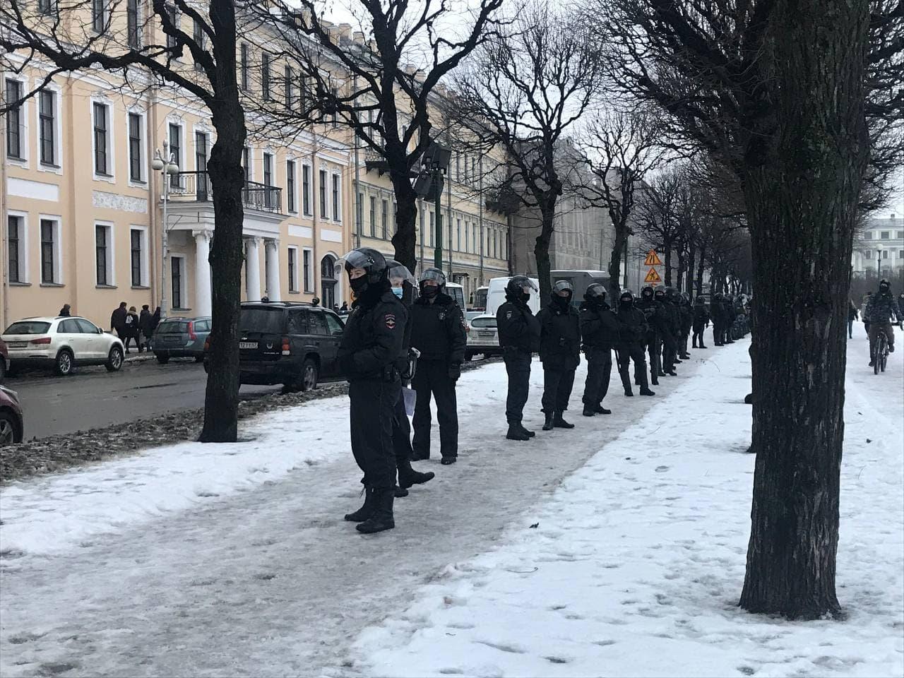 фото ЗакС политика Протестующие в Петербурге вышли на Марсово поле, их встречают ОМОН и Росгвардия