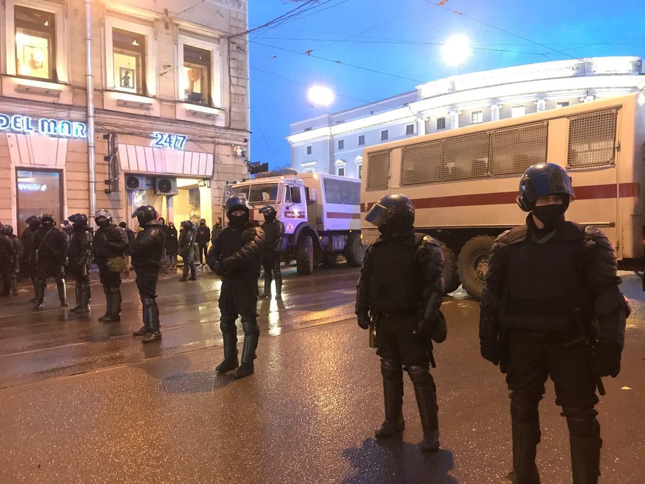 Росгвардия перекрыла проход на Невский проспект с Садовой улицы