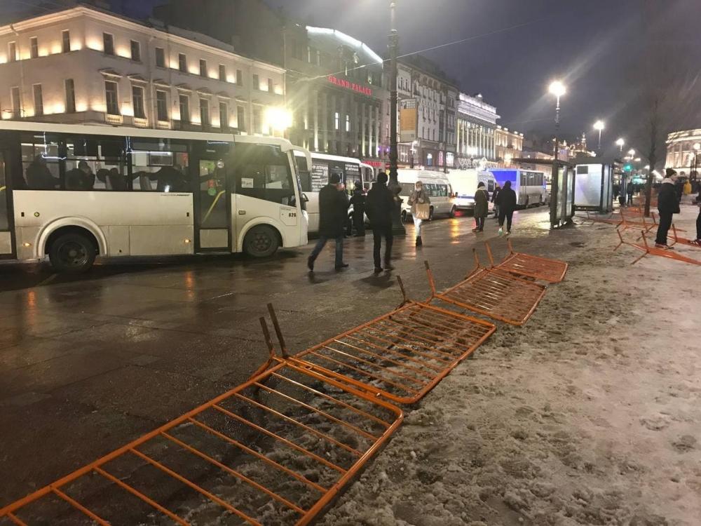 """фото ЗакС политика """"Болит голова, всё время тошнит"""": Петербурженку, которую пнул силовик, выписали из больницы"""