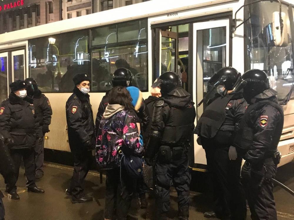 У Гостиного двора в Петербурге полиция проводит задержания