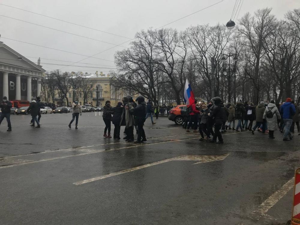 фото ЗакС политика На Сенатской площади наблюдаются перебои со связью, толпа двинулась в сторону Невского проспекта