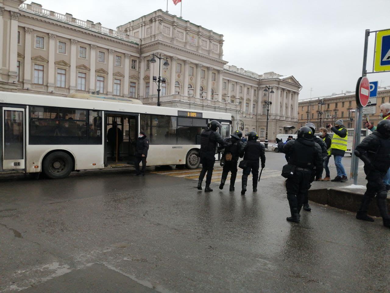 """фото ЗакС политика """"Нанёс удар в область колена"""": Убегавшего от омоновца в ходе акции 31 января петербуржца арестовали"""