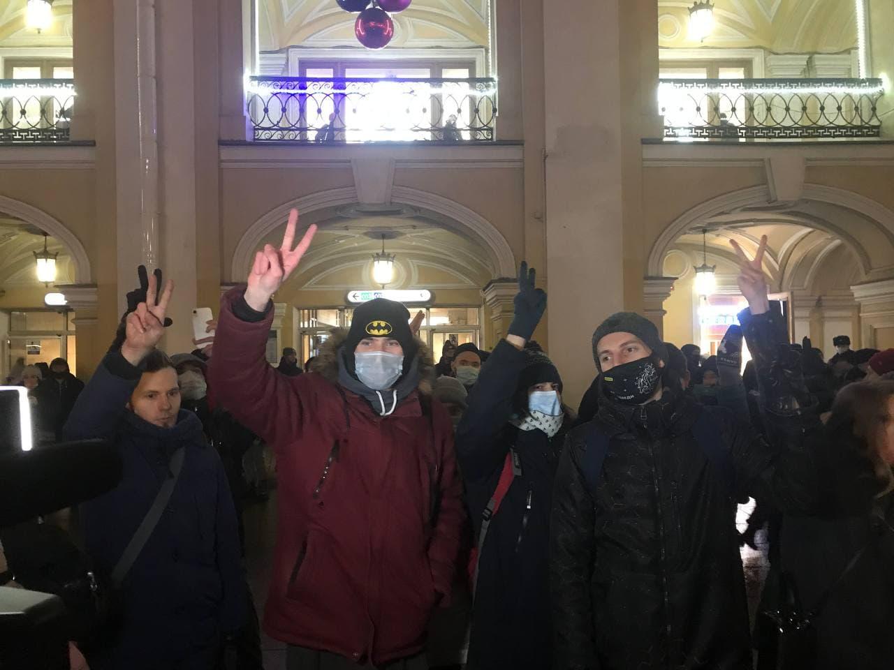 """фото ЗакС политика Активистов у Гостиного двора задержали на пикетах в поддержку Навального за поднятые в """"победном"""" жесте руки"""