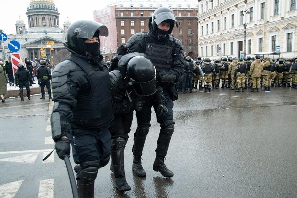 фото ЗакС политика Омоновец подвернул ногу в погоне за участником акции 31 января: горожанина заподозрили в насилии над силовиком