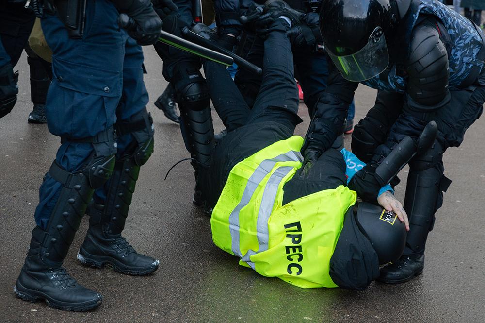 """""""Коммерсант"""": Освещающих митинги журналистов обяжут иметь нагрудные знаки и QR-коды"""