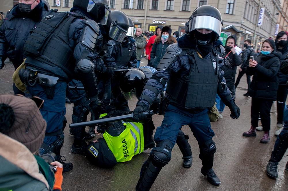 фото ЗакС политика В Москве задержали ещё одного участника акции 23 января, подозреваемого в распылении газа в строну ОМОНа