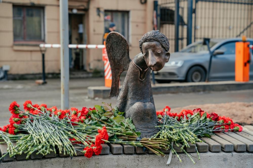 фото ЗакС политика Беглов поучаствовал в открытии памятника погибшим медикам, инициаторов установки не пригласили