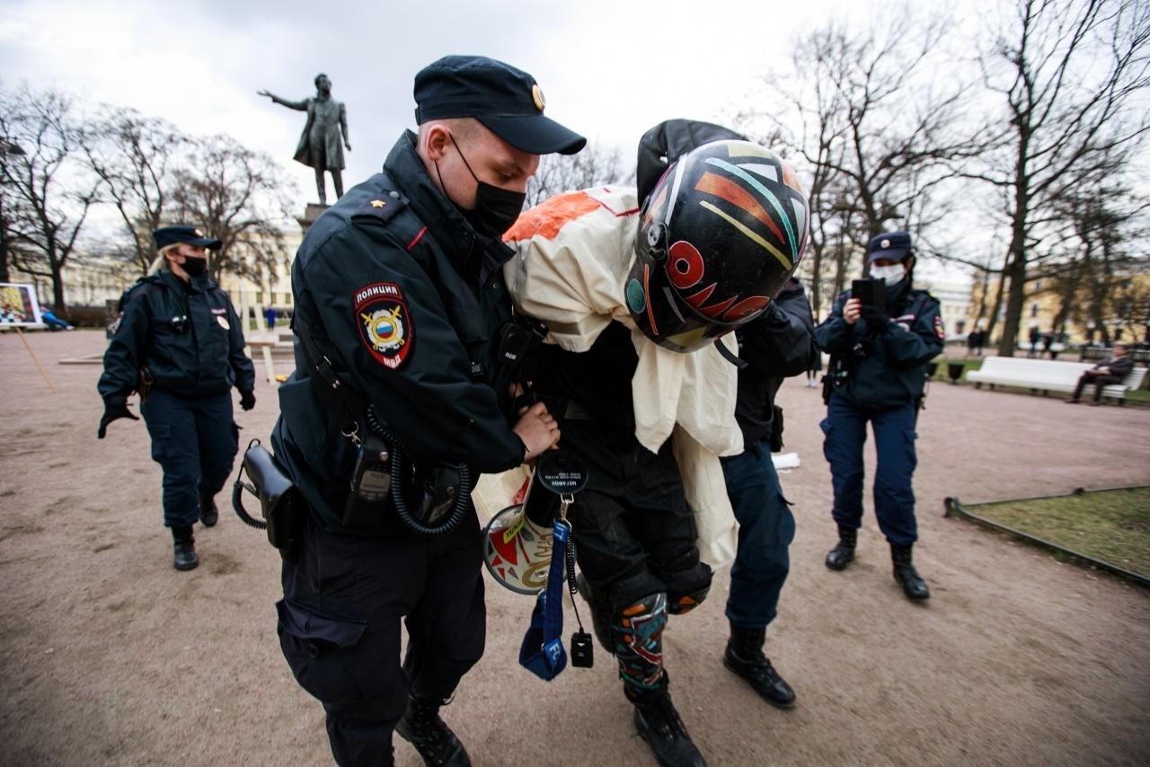Художника Крисевича арестовали на 10 суток за несогласованную выставку о политзаключенных