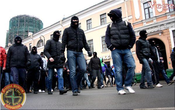 zheni-v-maskah-i-tolpoy-tolpa-muzhikov-konchaet-odnoy-devke-v-pizdu